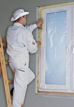 Przed rozpoczęciem wykonywania prac, dobrze jest zabezpieczyć okna folią ochronną.